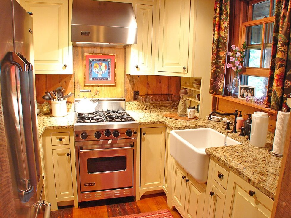 charming colorful kitchen designs | Tiny and charming kitchen in North Carolina cabin | Make ...