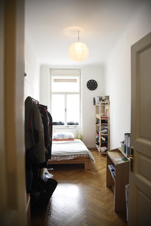 Schones Lichtdurchflutetes Wg Zimmer Mit Kleiderstange Tisch Und Kleinem Regal Einrichtung Wgzimmer Graz Wohnung Wg Zimmer Zimmer