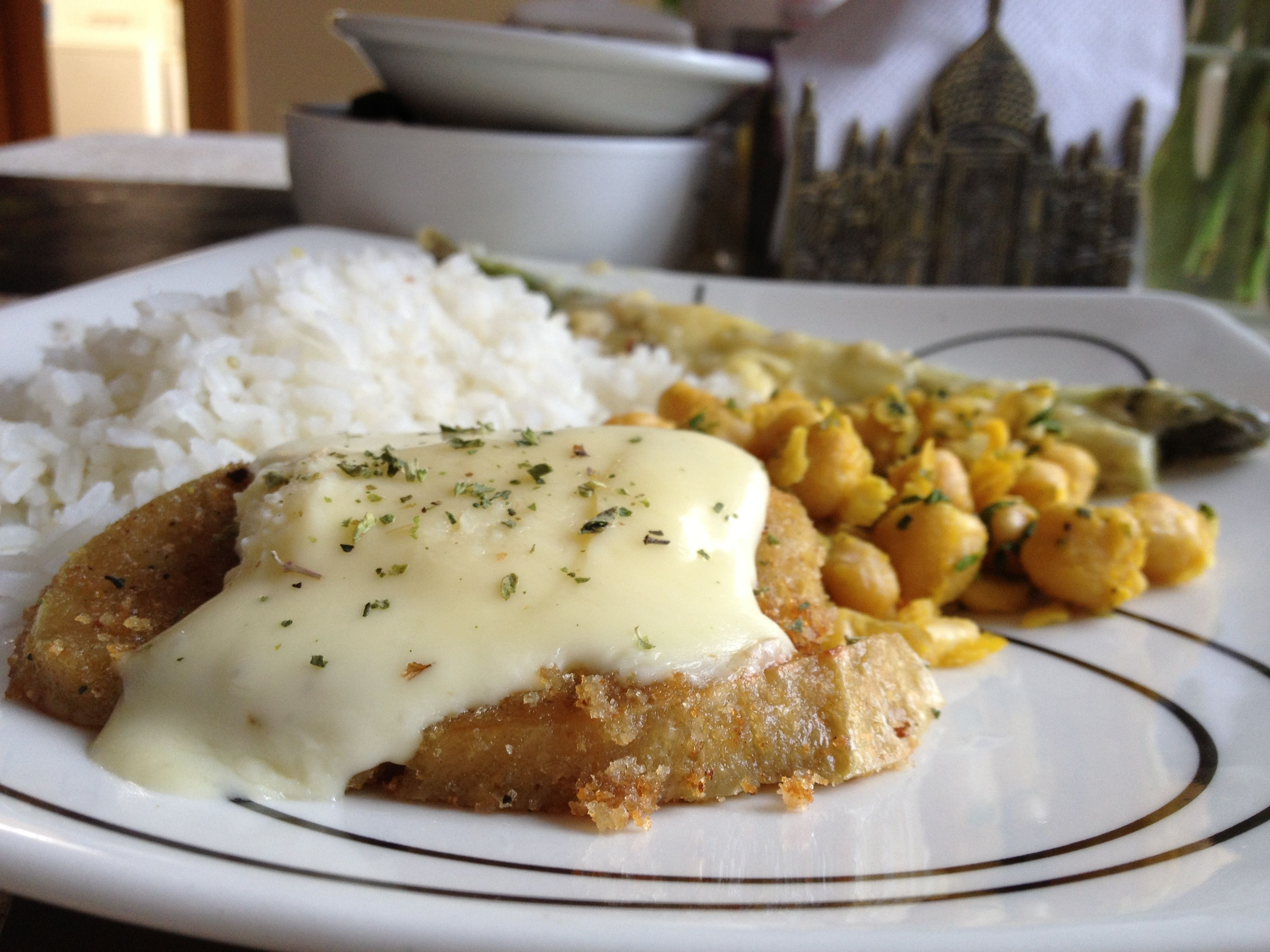 Milanesa GREEN con queso, arroz, esparragos y garbanzos con curry.