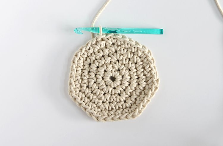 Crochet Basket Pattern with Colorblock Technique   Cesto, Guirnaldas ...