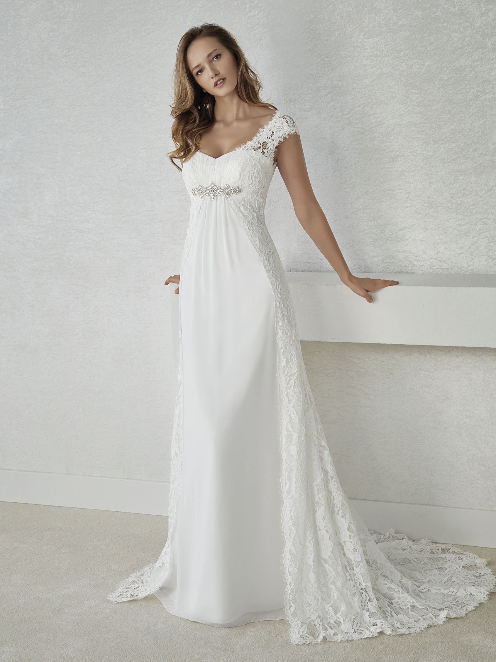 344d15758eaa I like the lace overskirt train.  FIEL abito da sposa stile impero ...