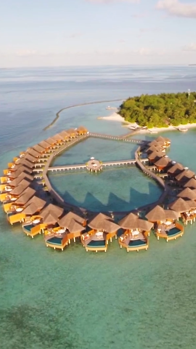Video of one of the best Maldives resorts (Baros Maldives). Imagine waking up above this crystal clear water. Find out more about the best Maldives resorts in our article.