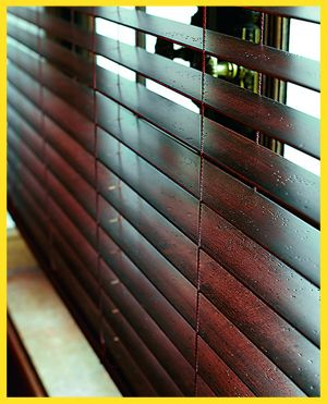 25 Mm Mahagoni Holzjalousie Am Fenster Mit Dunnem Stegband