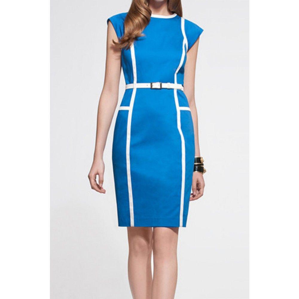 bij www.miss-p.nl, Licht blauw jurkje met witte lijnen. Valt net boven de knie. Heeft een ritssluiting op de rug.