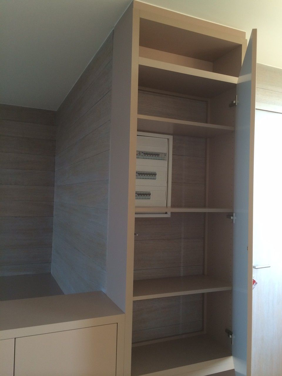 rangement compos d 39 une porte pleine en fa ade permettant de cacher le compteur lectrique et. Black Bedroom Furniture Sets. Home Design Ideas