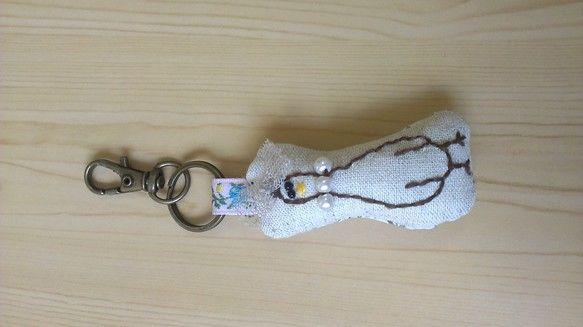 アヒルの刺繍が入ったキーホルダーです。立体的なリボンとネックレスがポイントです。サイズ:11.3×3×1.5※キーホルダーを含むサイズ...|ハンドメイド、手作り、手仕事品の通販・販売・購入ならCreema。