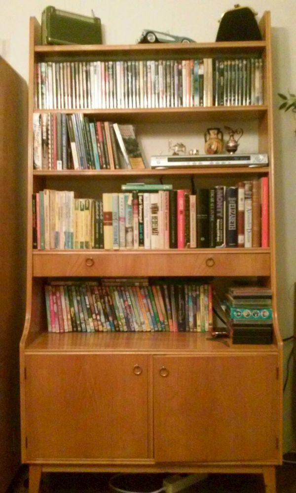 Kirjahyllyt ovat muinaismuistoja. Kirjat ovat kadonneet kodeista. Näin täräyttää sisustussuunnittelija Teuvo Loman. Hänen mukaansa tämä pätee nuorten ja nuorten aikuisten koteihin.