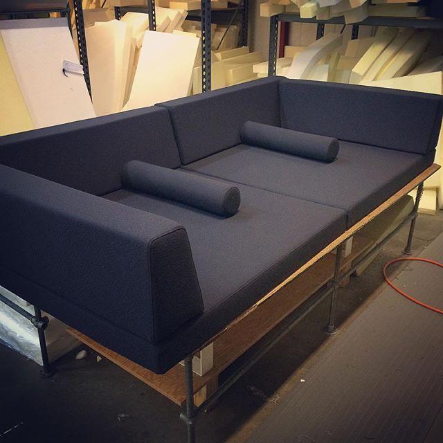 """Meget stor sofa i grå """"Flint"""" fra @kvadrattextiles. Gid man selv havde plads. #skumhuset #skumhusetproduktion #kvadrattextiles #diy #design #dk #dkdesign #sofa #boligindretning #bolig #bobedre"""