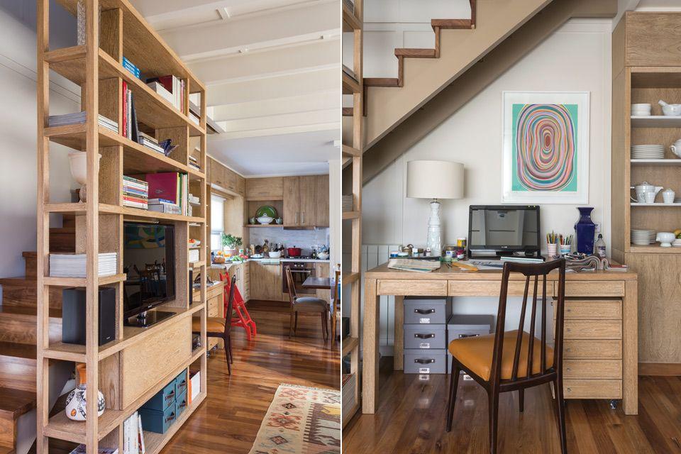La biblioteca de roble poro blanco (Alejandro Meca) es un mueble muy transparente que, de todas formas, esconde el hueco de la escalera y a la vez le sirve de baranda. En la cara que mira a la sala, se dispusieron libros y el aparato de TV.  /Daniel Karp