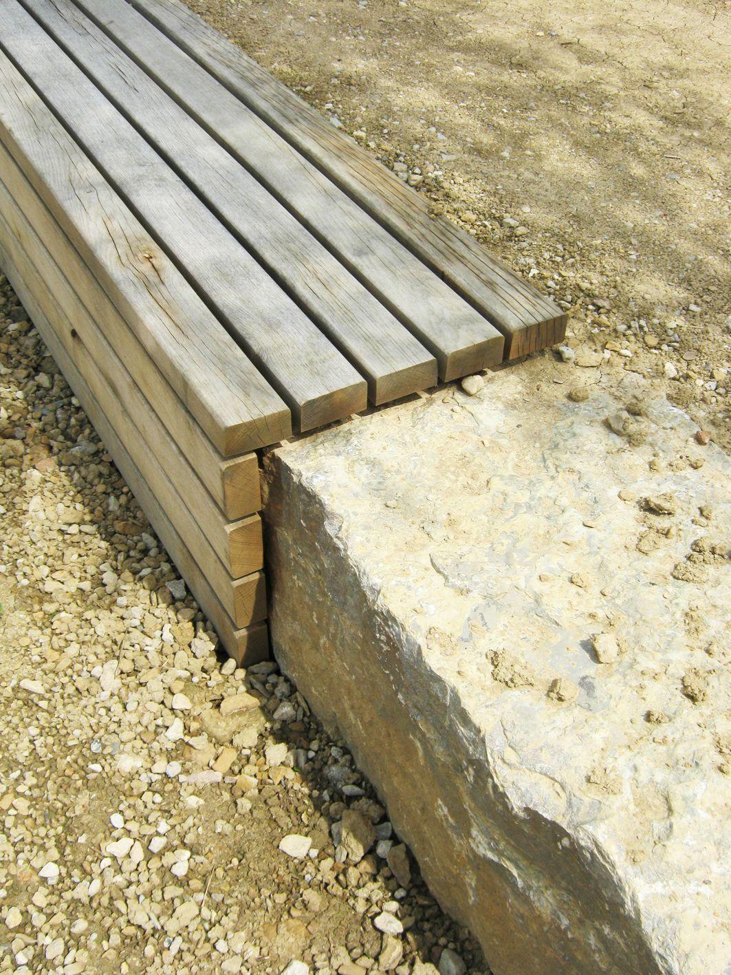 realisation d\'un muret en pierre et banc en bois dans un parc public ...