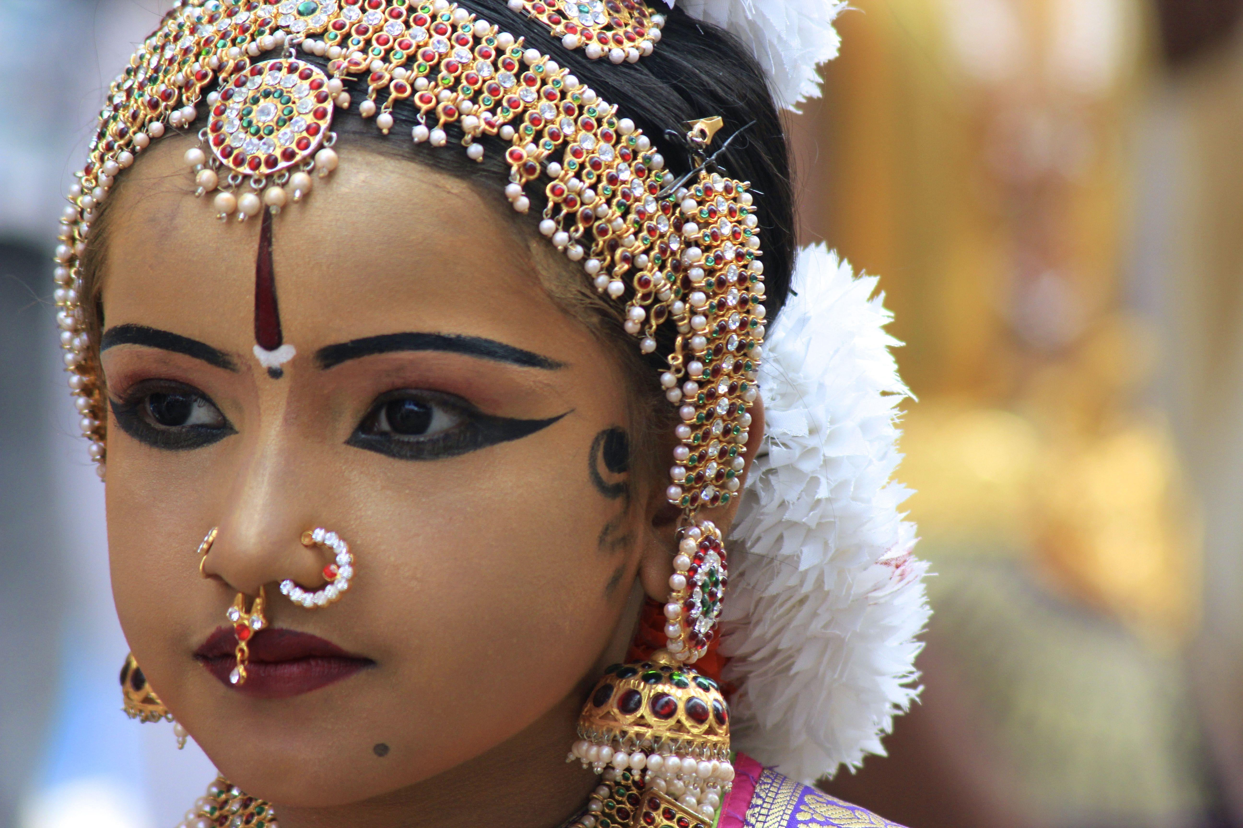 Картинка индийской женщины с красной точкой на лбу