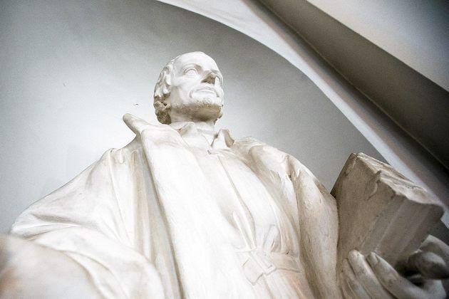 Philipp Melanchthon - patsas Helsingin Tuomiokirkossa ottaa selfietä.