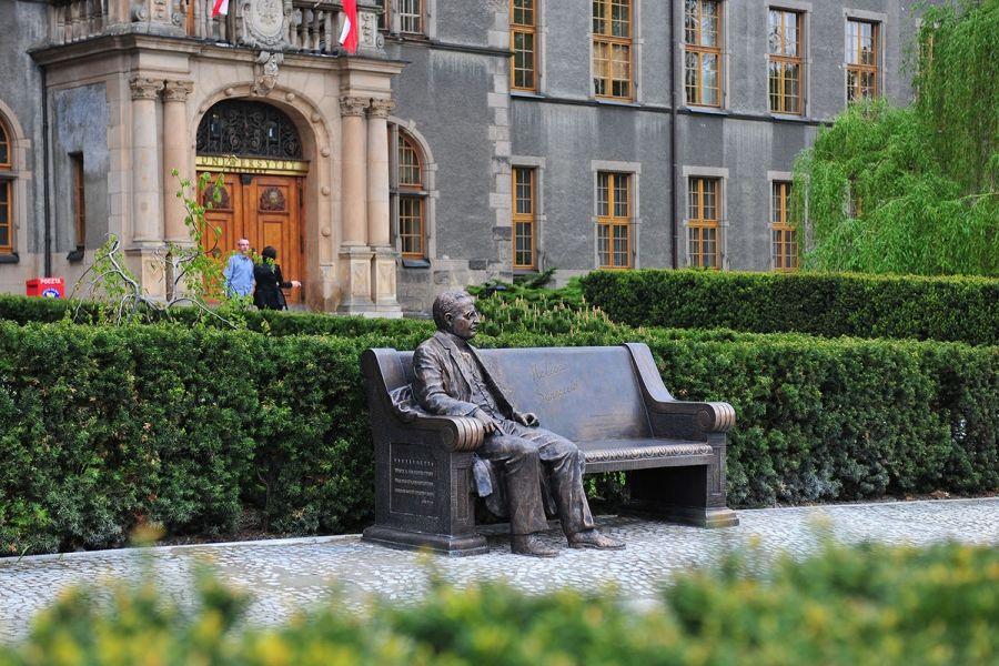 Rzeźba-ławka prof. Heliodora Święcickiego