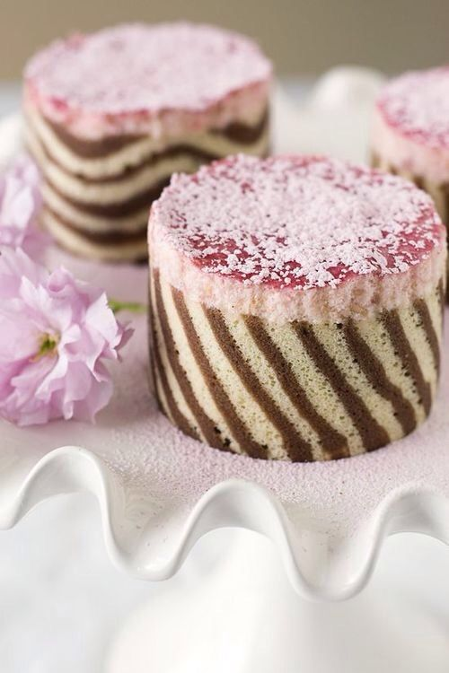 Jaconde au chocolat et vanille | Joconde imprime is a French baking term used to describe a decorative pattern that is baked into a soft sponge cake (joconde).The decorative cake is usually used to cover the outside of an entremet, a dessert filled with layers of cake, a Bavarian cream or a mousse.