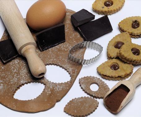 Per decorare i vostri dolci, il cioccolato plastico è veramente molto consigliato. Preparatelo in casa, seguendo la nostra ricetta!