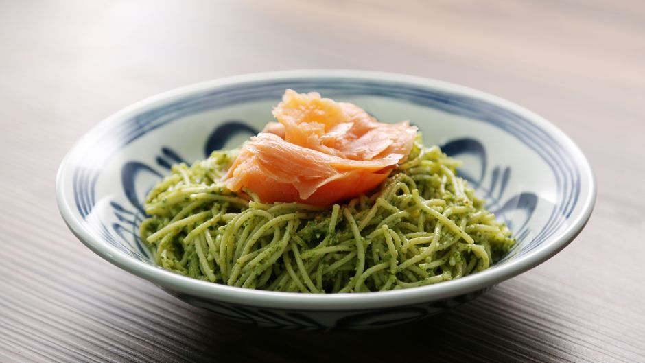 Spaghetti with sesame coriander pesto and smoked salmon asian food food forumfinder Images
