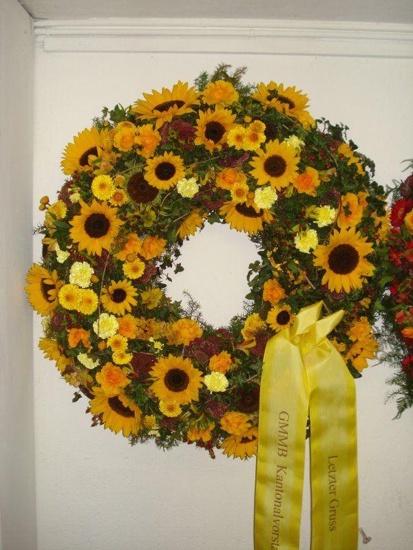 Trauerkranz gelb herbstlich mit ringsum Blumen | Kränze Beerdigung ...