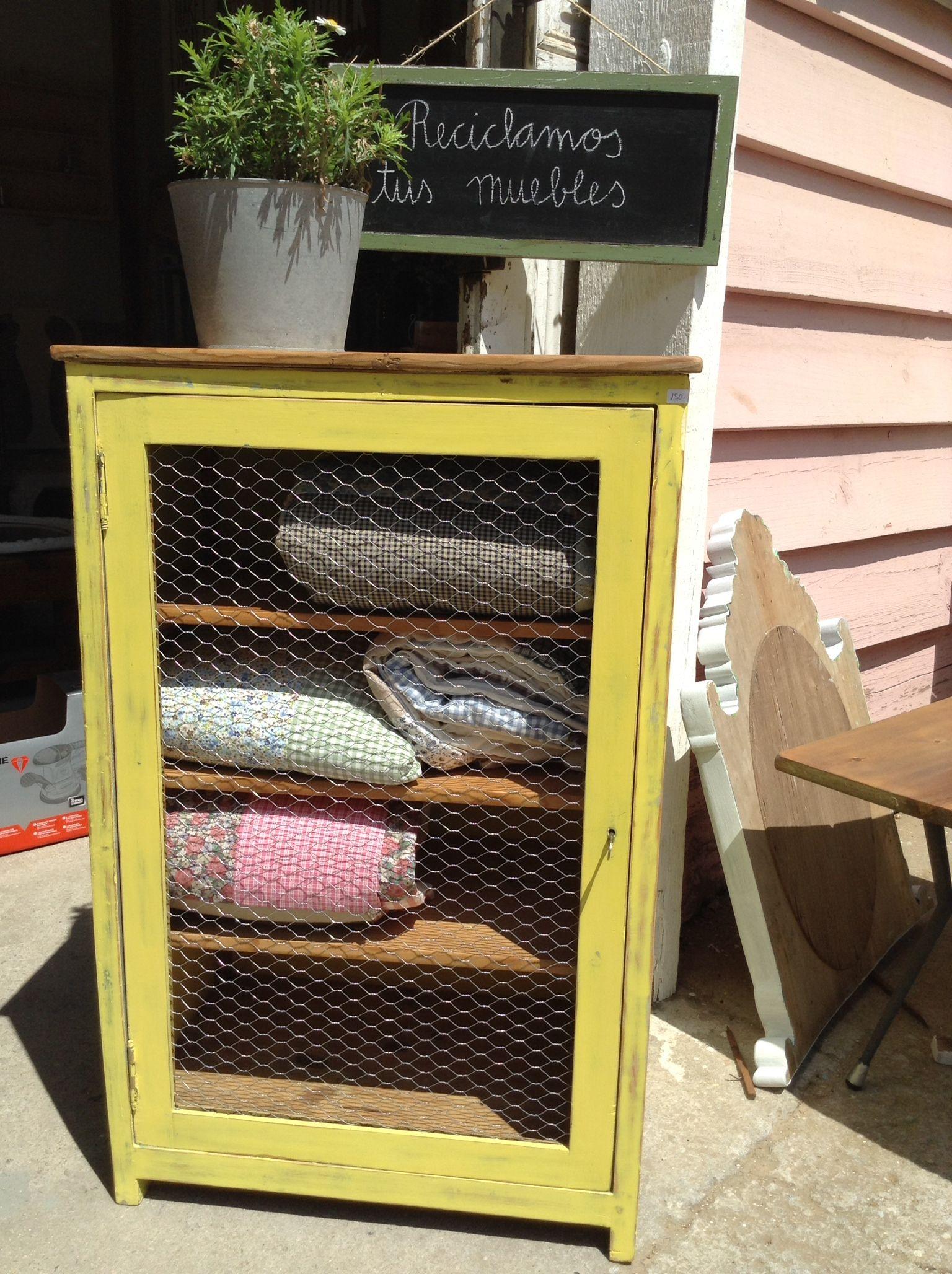 Mueble reciclado en barcelona con tela de gallinero para el ba o la cocina el sal n - Muebles de cocina reciclados ...