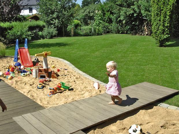 So Bauen Sie Eine Holzterrasse Mit Steg Bauhaus Sandkasten Garten Kinderspielplatz Garten Garten Spielplatz
