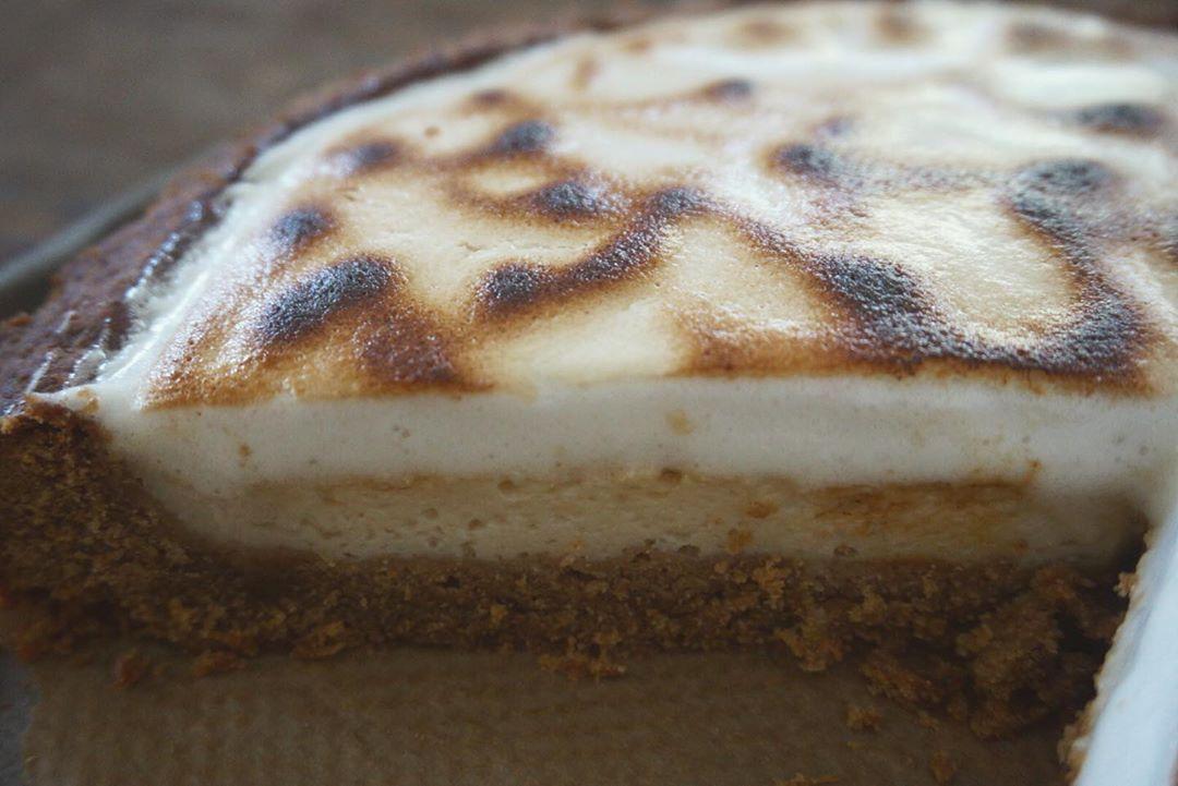 Vegan and glutenfree lemon (aquafaba) meringue pie for my 25th birthday back in August ☁️🌻🍋🎂