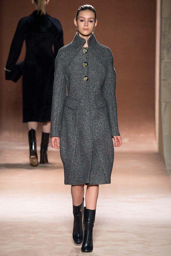 aefd634e5fa4 Демонстрация коллекции Victoria Beckham осень-зима 2015-2016 стала началом  новой главы в истории модного бренда. Время сексуально-строгих  платьев-футляров и ...