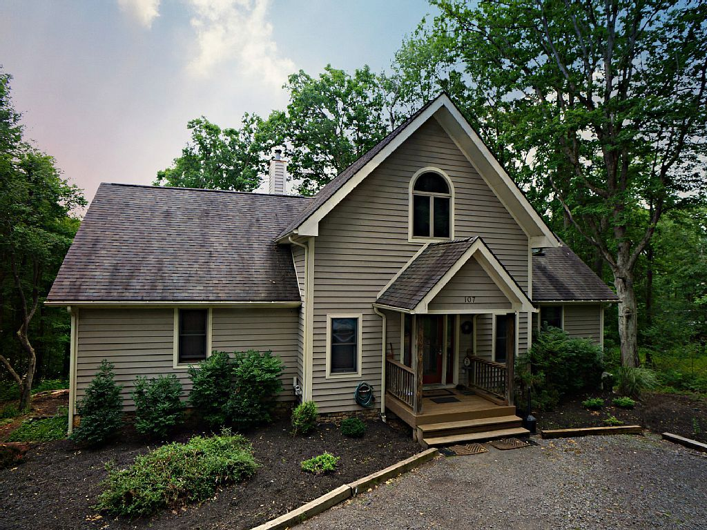 888575 private wooded lake front chalet with