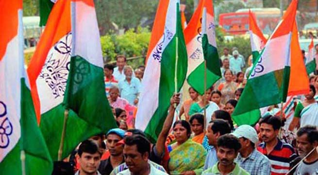 Howrah: The Trinamool Congress Party (TMC) has taken out to the streets in protest to the fatwa given by the BJP youth leader from Aligarh. The protest march was organized from Howrah's Shibpur trap depot on Thursday. Minister Aroop Roy leaded the march which witnessed t he participation of at...