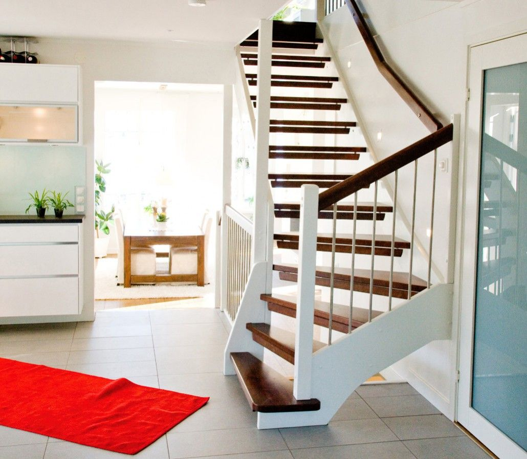 hanneslange treppe wei lackiert edelstahlsprossen wangentreppe viertelgewendelt stufen dunkel. Black Bedroom Furniture Sets. Home Design Ideas