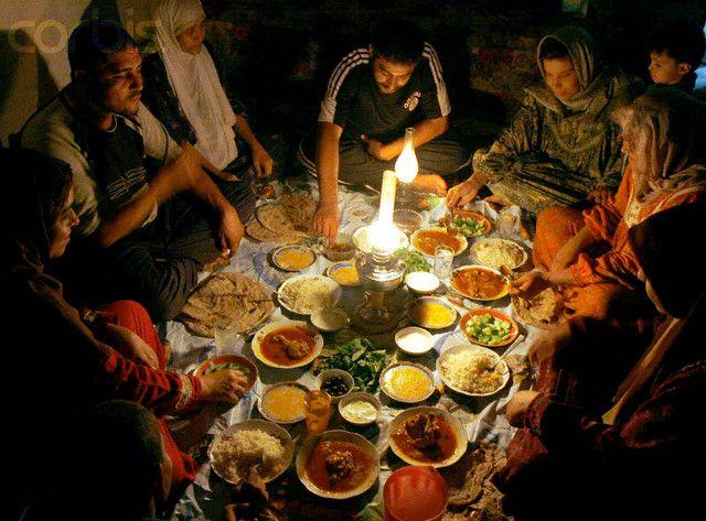 Iraqi Family Breaks Fast Jpg 640 473 Ramadan Ramadan Kareem Broken Families