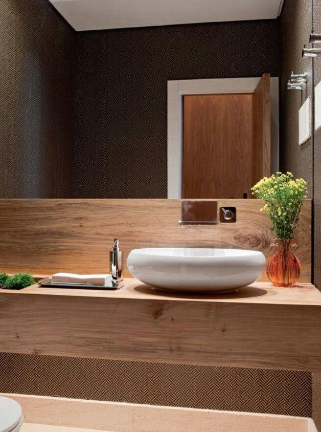 Bancada de madeira no lavabo Uma cuba com design super arrojado