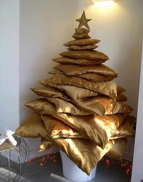 Incroyable Christmas Tree Idea Golden Satin Pillows Piled High!
