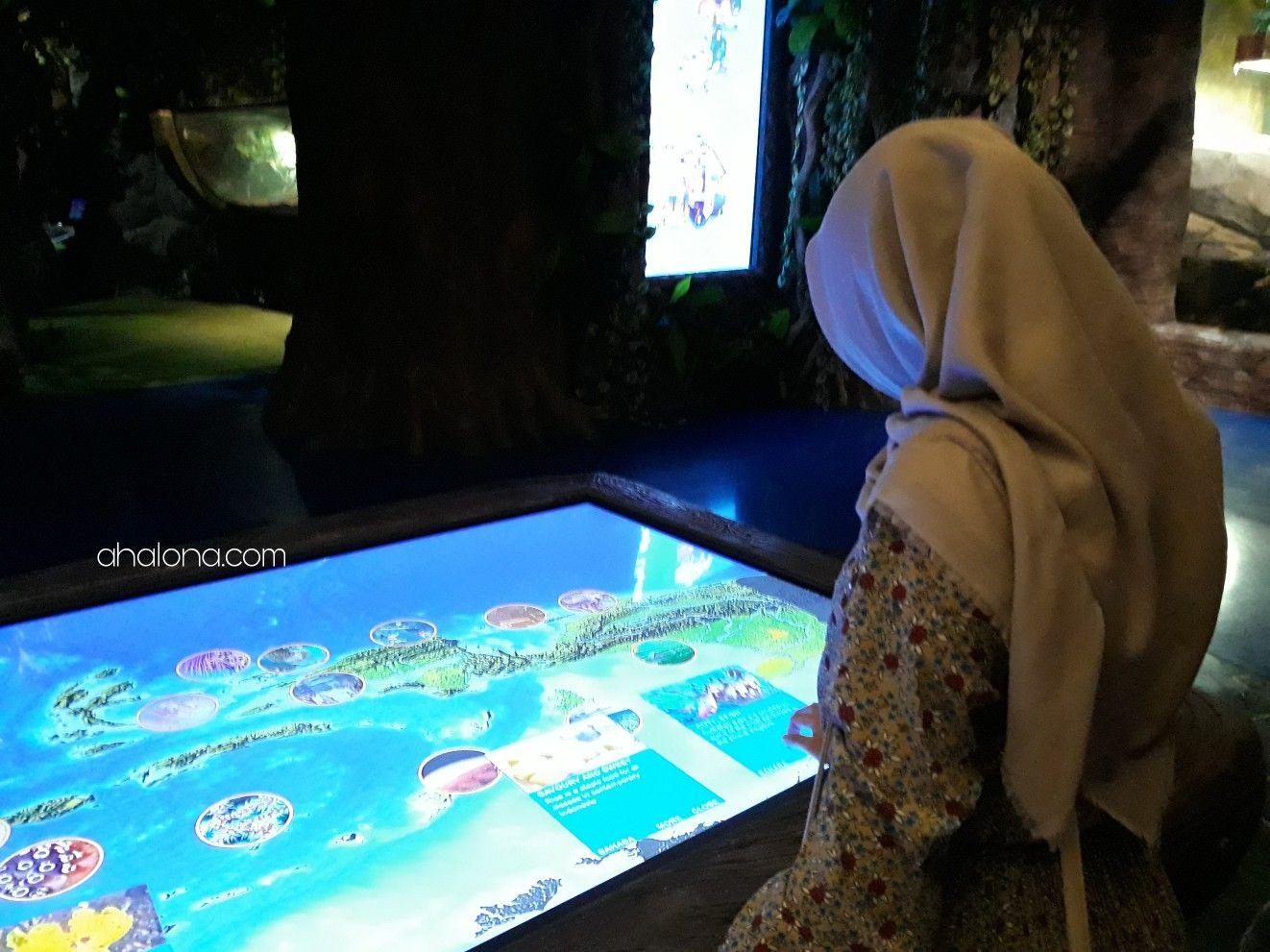 Papan layar interaktif di jakarta aquarium.