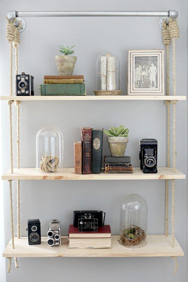 Zeigen Sie Ihre Sammlung von Zubehör mit Holz Regale hängen.