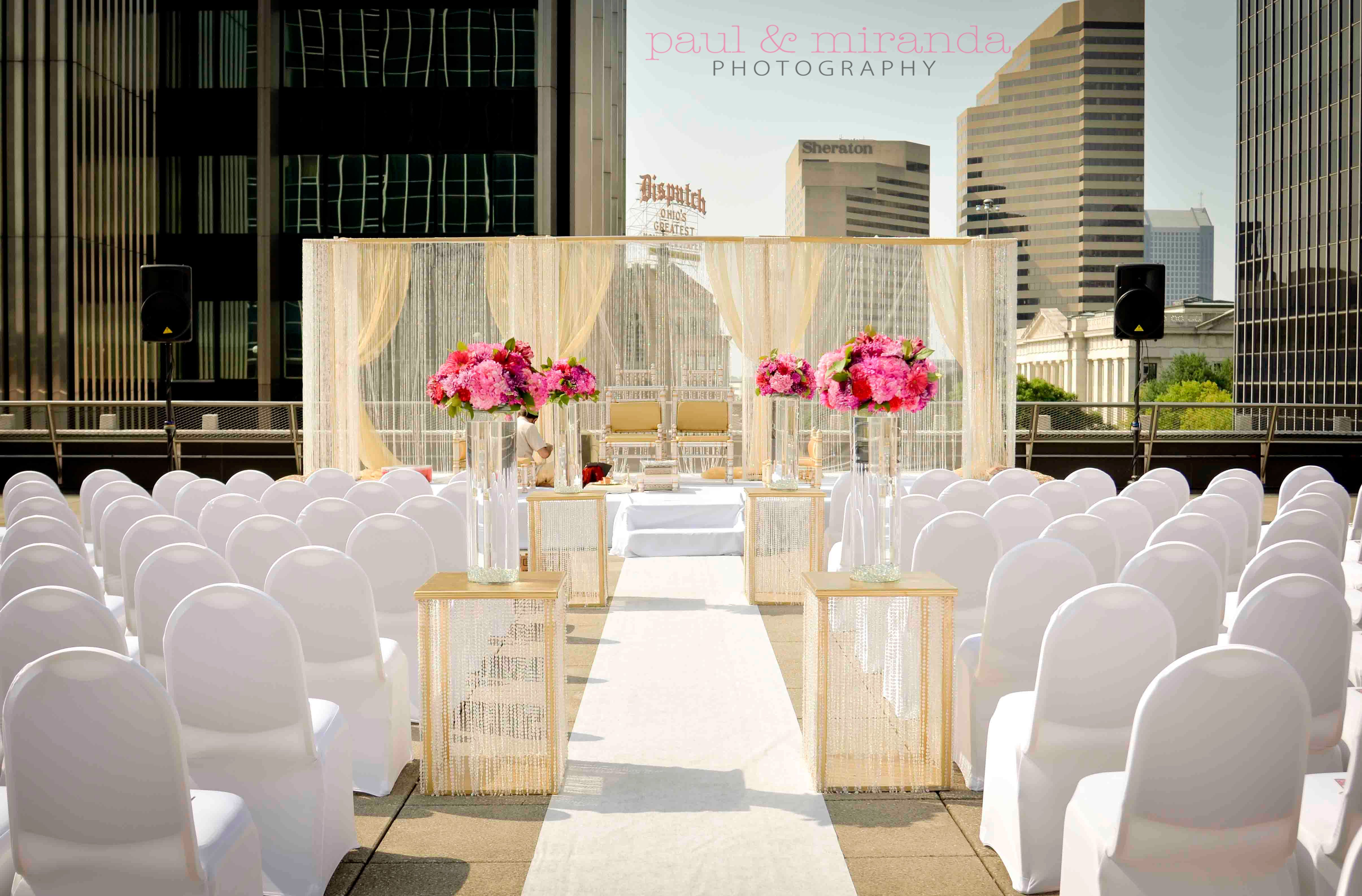 Beautiful outdoor ceremony at the renaissance columbus for Hotel wedding decor