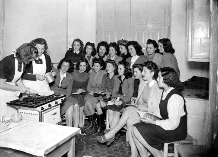 Clases De Cocina En Barcelona | Clases De Cocina De La Seccion Femenina Posguerra Espanola