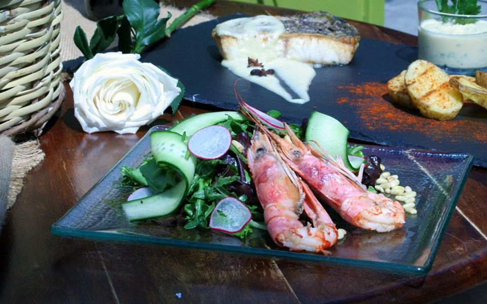 Green salad with shrimp, carpaccio of cucumber, spinach, pine nuts ...
