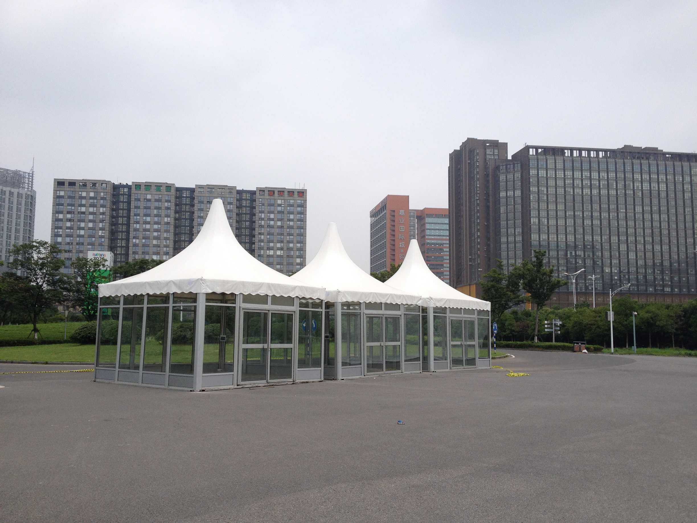 The high roof makes the tent a nice appearance and is therefore used in many events & The high roof makes the tent a nice appearance and is therefore ...