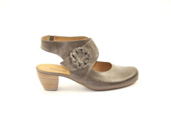 Gabor damesschoen  € 99,90  mooie gladleren schoen van Gabor met een dicht neusje en open hiel. De band sluit door middel van klitteband.  Model: 42.253.63 001
