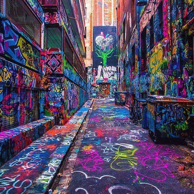 In Melbourne findet ihr viele dieser mit Graffiti verzierten Straßen. Haltet die Augen auf, denn manchmal sind die Eingänge zu den so genannten Lanes in Melbourne sehr schmal. #streetclothing