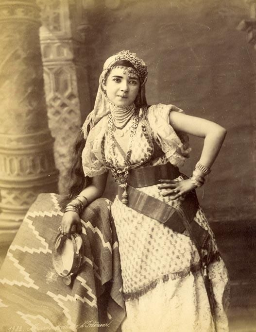 Algerie circa 1875 portrait d 39 une mauresque en costume d for Interieur algerien