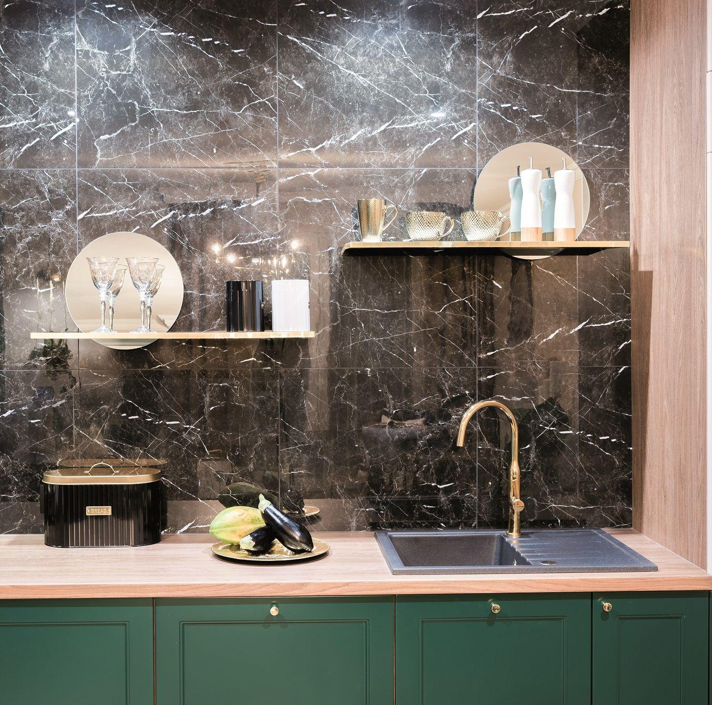 Piekno Kamienia W Najlepszym Wydaniu W Polaczeniu Z Zielonym Frontem Szafek Wyglada Doskonale Kuchnia Mebl Round Mirror Bathroom Home Decor Bathroom Mirror