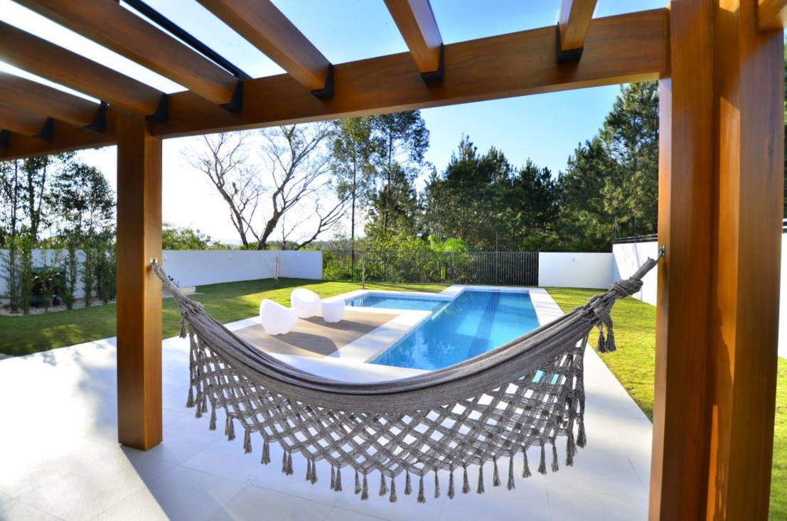 Terrazas y patios con alberca 10 ideas sensacionales for Decoracion patio con piscina