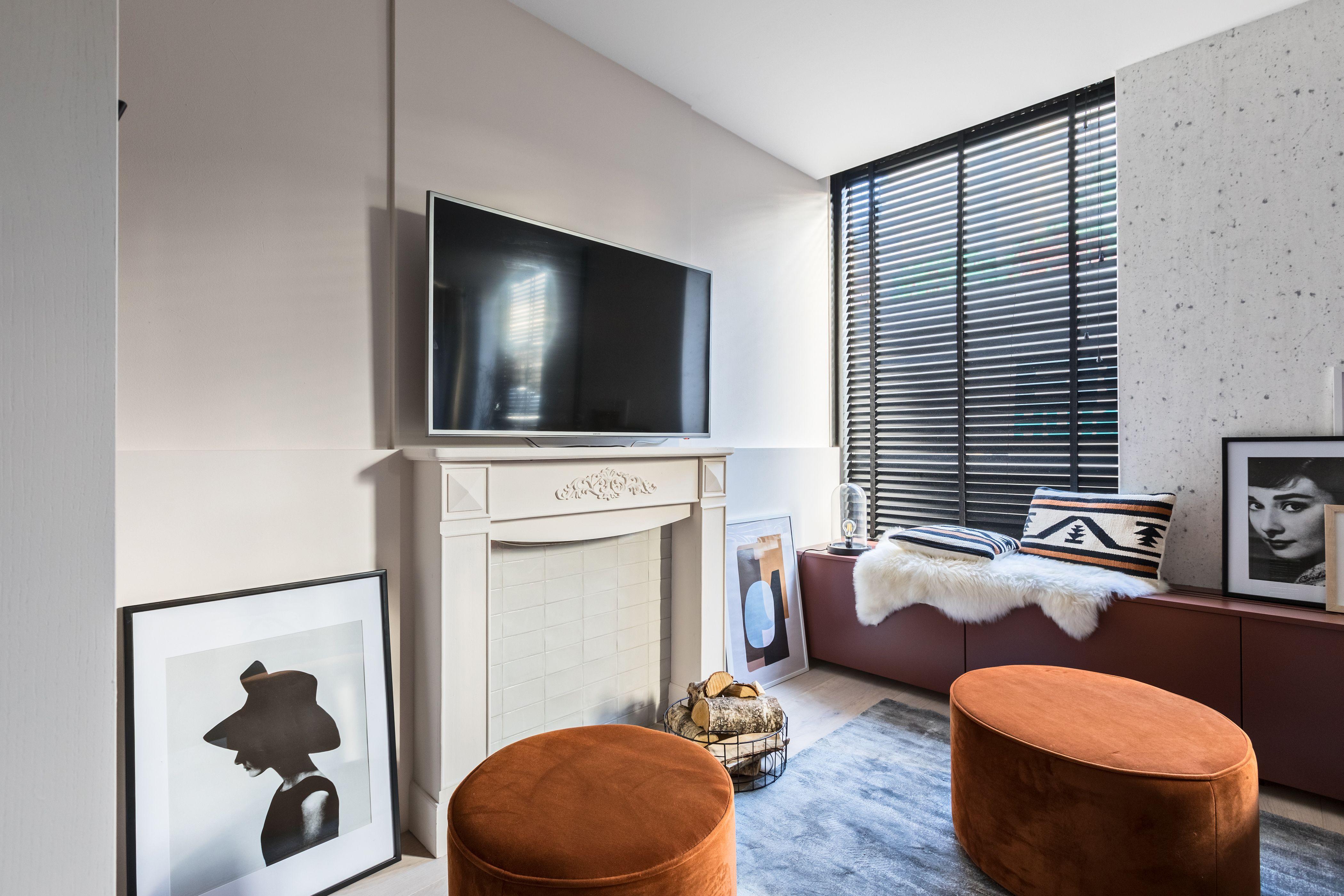 In de warme knusse woonkamer werd gewerkt met warme kleuren en ...