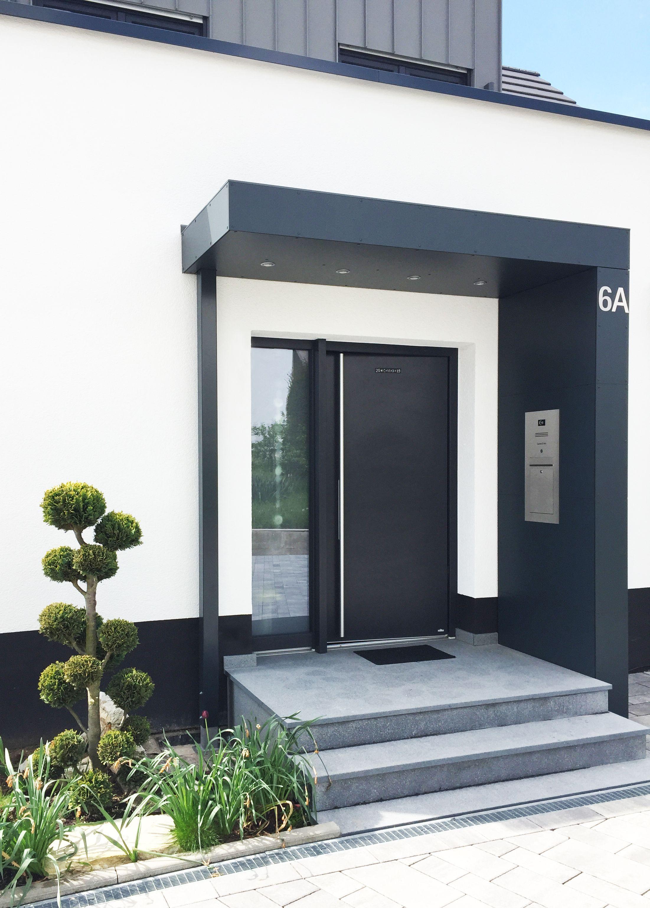 Eingangsüberdachung mit integrierter Klingelanlage und Briefkasten. LED-Spots i…