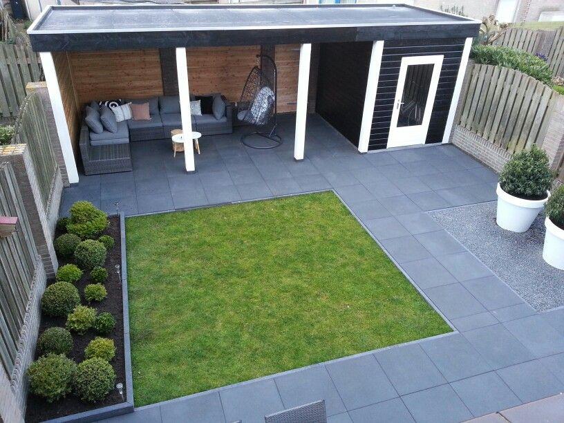 Overkapping Kleine Tuin : Strakke moderne kleine achtertuin met donkere bestrating en