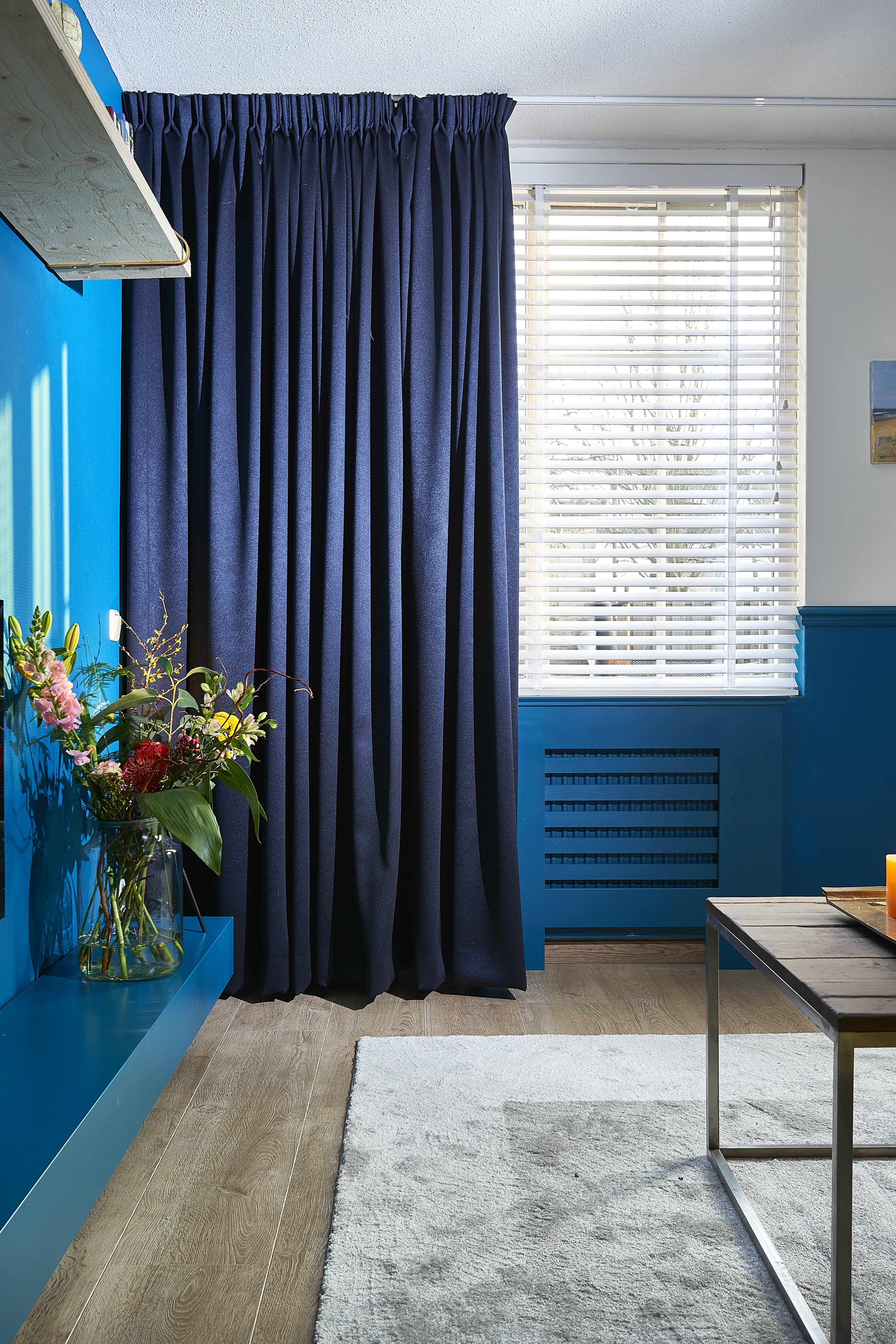 de soepelvallende blauw stof hugo is geheel op maat gemaakt door kwantum een