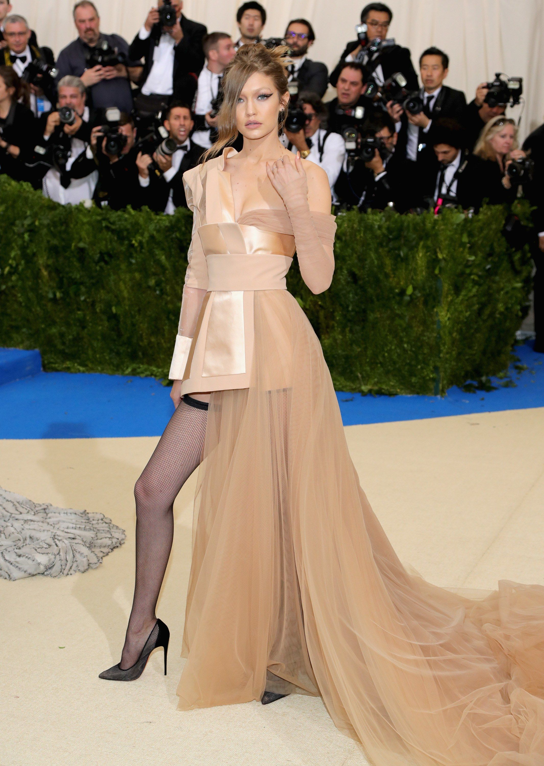 Met Gala 2017 Red Carpet Live All The Celebrity Dresses And Fashion Celebrity Dresses Gala Fashion Met Gala Outfits