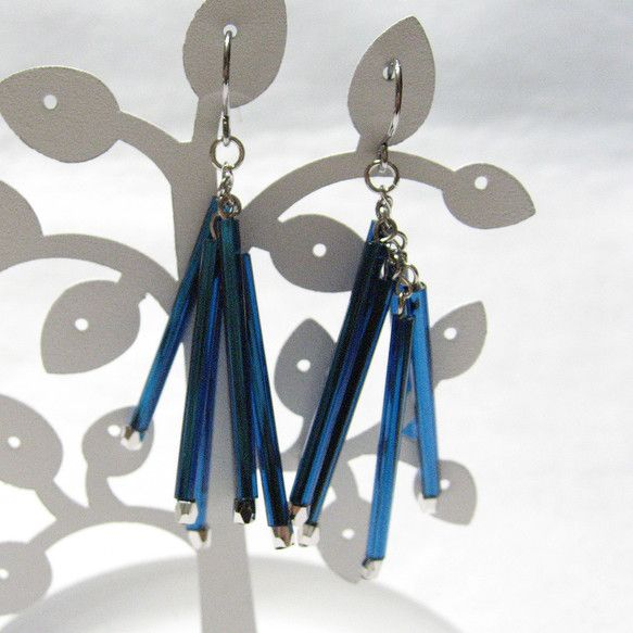 長さ5センチメタリックカラーの青い長い竹ビーズがきらきら美しいフリンジピアスです☆ステンレスフック|ハンドメイド、手作り、手仕事品の通販・販売・購入ならCreema。