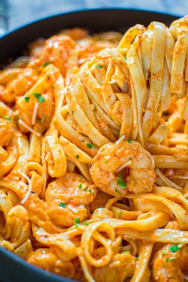 Rich and creamy, hearty and so flavorful, this Shrimp Fettuccine with Roasted Pepper Sauce tastes better than a restaurant-cooked meal. Made in under 30 minutes! #garnelen #garnelen pasta #garnelen rezept #shrimp #shrimp healthy #shrimp pasta #shrimp recipes