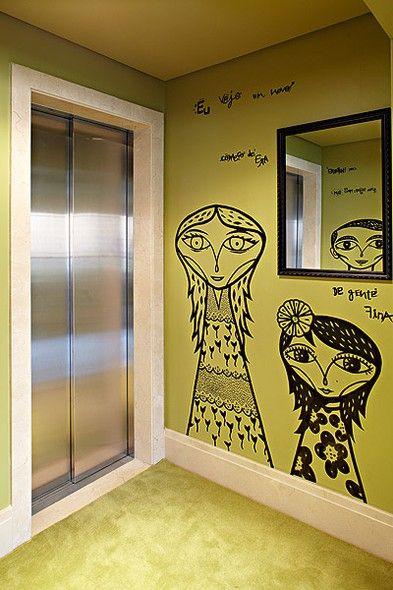 O Hall Do Elevador Ganhou Imagens Divertidas Com Caricaturas Da Família  Moradora Do Apartamento. O